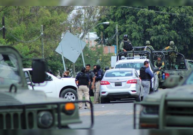 Elementos del Ejercito Mexicano y policías ministeriales realizan retenes en la principales carreteras en el municipio de Celaya en el estado de Guanajuato (México). EFE/Str