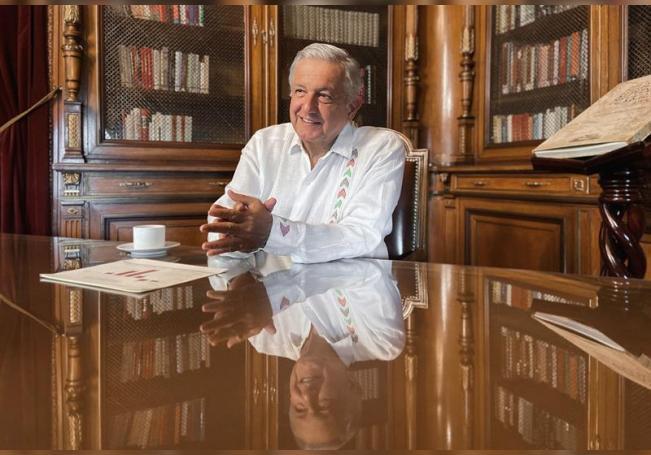 Fotografía cedida este sábado por la presidencia de México, del mandatario mexicano Andrés Manuel López Obrador, durante un mensaje desde el Palacio Nacional de Ciudad de México (México). EFE/Presidencia de México