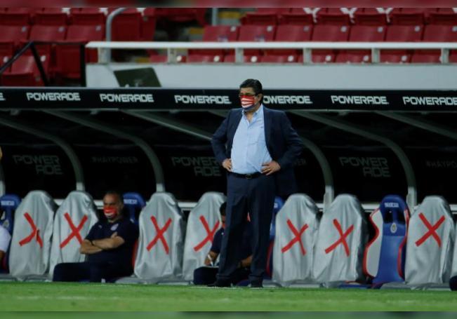 El entrenador de Chivas, Luis Fernando Tena, en el estadio Akron de la ciudad de Guadalajara, estado de Jalisco (México). EFE/Archivo