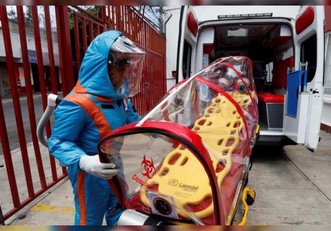 Un paramédico de la empresa XE Ingeniería Médica muestra el diseño de un traje para la atención de pacientes con Covid-19 el 7 de agosto de 2020, en Ciudad de México (México). EFE/José Méndez