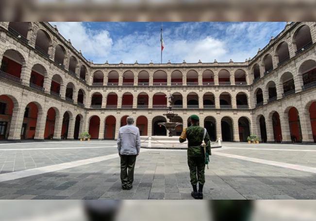 Fotografía cedida por la presidencia de México, del mandatario mexicano, Andrés Manuel López Obrador (i), montando una guardia este domingo en Palacio Nacional de Ciudad de México (México). EFE/Presidencia de México/SOLO USO EDITORIAL