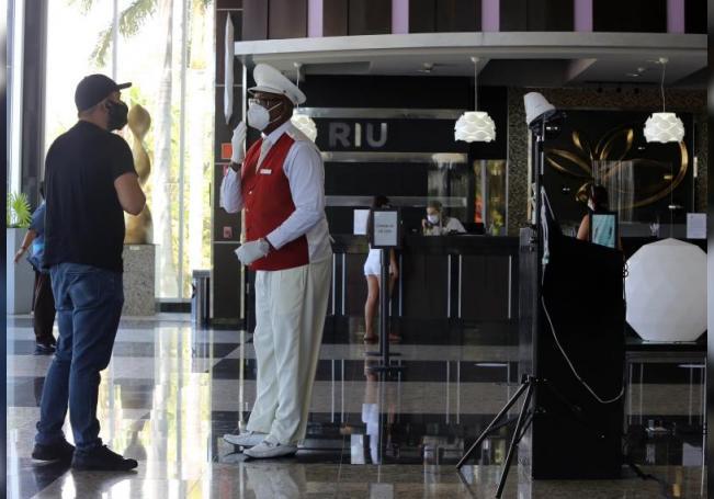 Fotografía del 24 de junio de 2020, que muestra a empleados de cadenas de hoteles que comenzaron a recibir turismo en el balneario de Cancún en Quintana Roo (México). EFE/Archivo