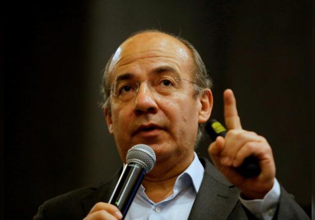 Fotografía de archivo del expresidente de México, Felipe Calderón, mientras dicta una conferencia en Guadalajara (México). EFE/ Archivo
