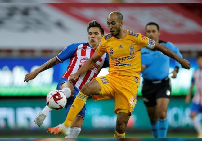 Dieter Villalpando (i) de Chivas disputa el balón con Guido Pizarro (d) de Tigres. EFE/Francisco Guasco/Archivo