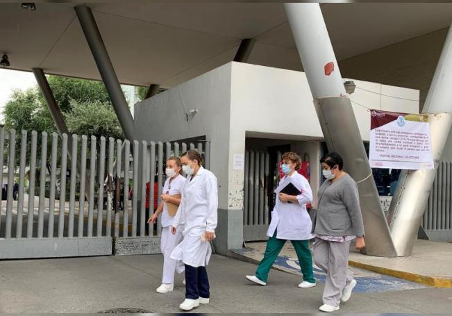 Personal médico camina en el exterior del Hospital 1 de Octubre en Ciudad de México (México). EFE/ José Pazos/Archivo