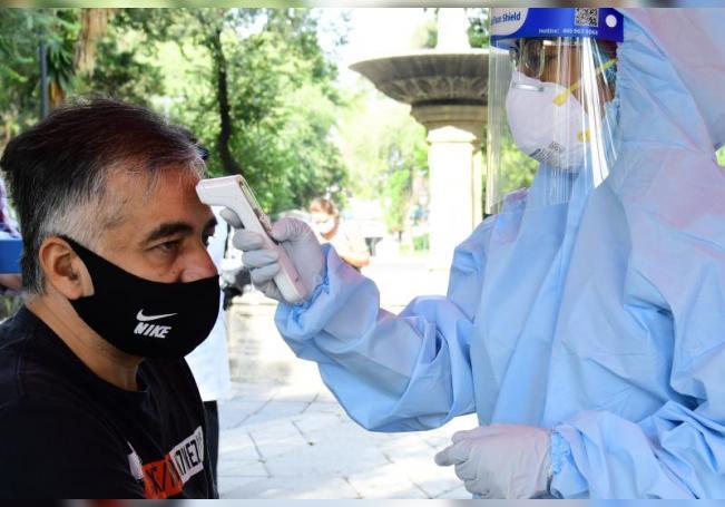 Un hombre se somete a una prueba del COVID-19, en un módulo instalado en un parque en Ciudad de México (México). EFE/Jorge Núñez/Archivo