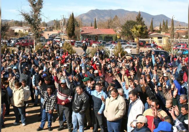 Familiares de los trabajadores de la mina de Cananea durante una manifestación. EFE/Archivo