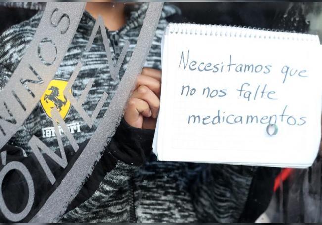 Padres de niños con cáncer de distintas entidades del país protestan en el exterior del Hospital Infantil, en Ciudad de México (México). EFE/ Mario Guzmán/Archivo