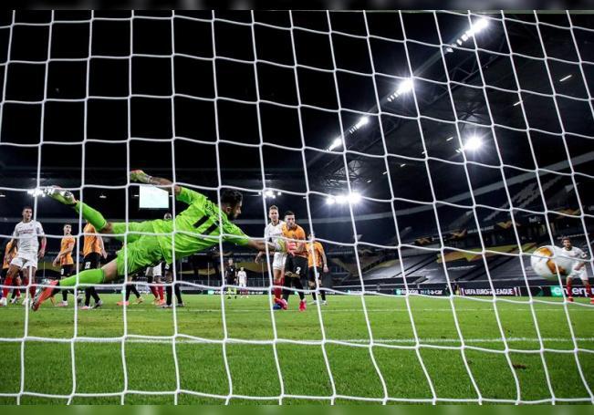Un tanto del extremo argentino Lucas Ocampos, con un preciso remate de cabeza a los 88 minutos de juego, deshizo este martes el empate a cero ante el Wolverhampton. (Alemania) EFE/EPA/Friedemann Vogel / POOL