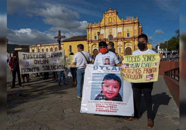 Familiares del niño Dylan Esaú Gomez Pérez, secuestrado a sus dos años de edad, fueron registrados este martes al sostener carteles y marchar para exigir su libertad, en San Cristóbal de las Casas (México). EFE/Carlos López