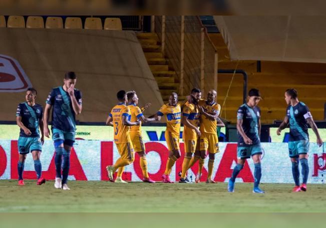 Jugadores de Tigres fueron registrados este martes al celebrar un gol que le anotaron al Puebla, durante un partido de la jornada 4 del Torneo Guardianes 2020 del fútbol en México, en el estadio Universitario de la ciudad de Monterrey. EFE/Miguel Sierra