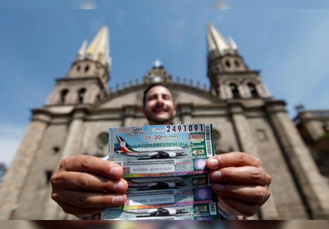 Una persona muestra boletos de lotería del avión presidencial, en la ciudad de Guadalajara en el estado de Jalisco (México).EFE/ Francisco Guasco/Archivo
