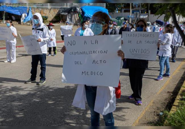 Trabajadores de la Salud protestan en un Hospital en San Cristóbal de las Casas en el estado de Chiapas (México). EFE/Carlos López/Archivo