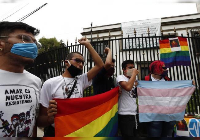 Activistas y miembros de la comunidad LGBT protestan hoy para exigir justicia por el asesinato del joven estudiante Jonathan Santos, frente a la Representación del Estado de Jalisco, en Ciudad de México (México). EFE/José Méndez