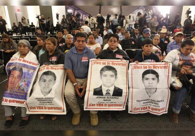 Familiares de los jóvenes desaparecidos de la normal rural de Ayotzinapa acudieron la instalación de la Comisión Presidencial para la Verdad y Acceso a la Justicia en el Caso Ayotzinapa, en Ciudad de México (México). EFE/Mario Guzmán/Archivo
