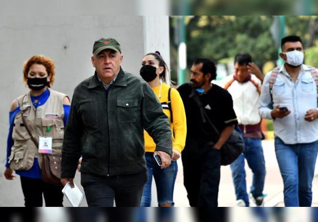Un alto número de habitantes transitan por las calles sin uso de cubreboca o mal colocado a pesar del alto índice de contagios, en Ciudad de México (México). EFE/Jorge Núñez/Archivo