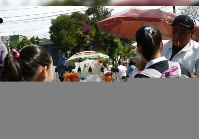 Unas niñas estudiantes compran frituras. EFE/Mario Guzmán/Archivo