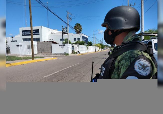 Elementos de la Guardia Nacional, vigilan hoy viernes las instalaciones del Servicio Médico Forense,(SEMEFO) en la Ciudad de Culiacán, estado de Sinaloa (México). EFE/ Juan Carlos