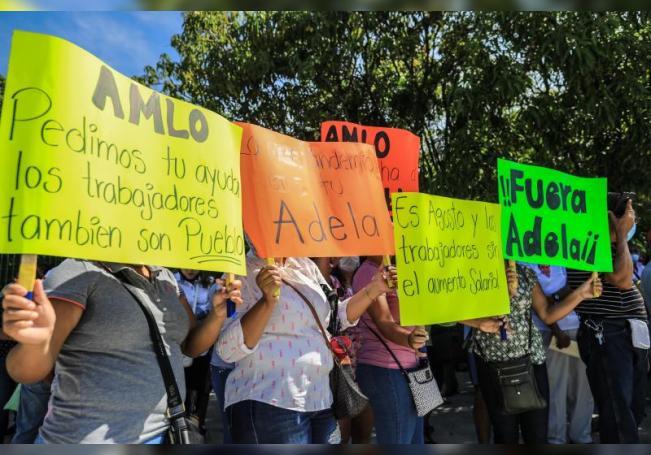 Trabajadores de cooperativas de playas, músicos, restaurantes y médicos protestan durante la visita del presidente de México, Andrés Manuel López Obrador, al balneario de Acapulco, este viernes, en el estado de Guerrero (México). EFE/ David Guzmán