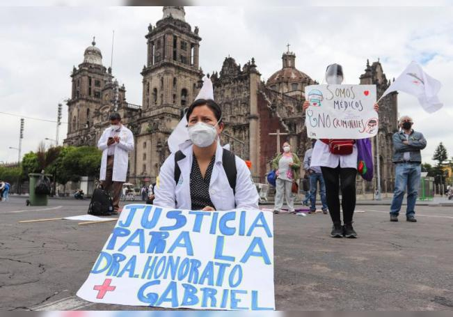 Personal médico protesta frente a Palacio Nacional en la Ciudad de México (México). EFE/José Pazos/Archivo