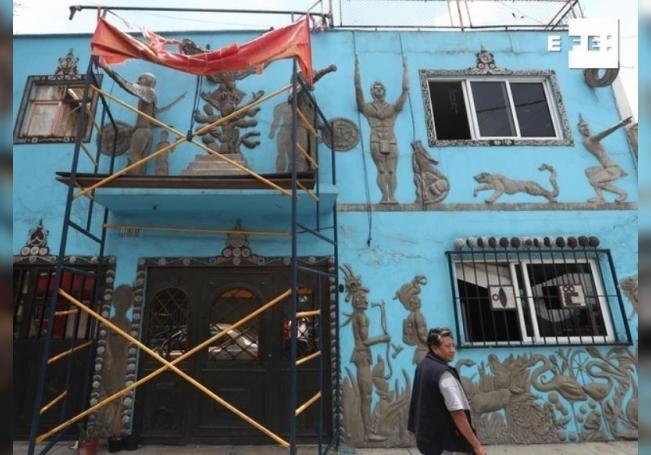 Fotografía de la fachada de una vivienda con figuras prehispánicas, el 29 de julio de 2020, en Ciudad de México (México). EFE/Mario Guzmán