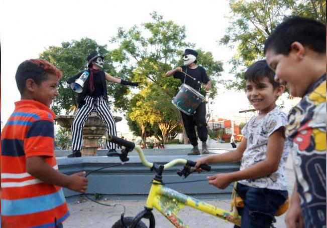 """Integrantes del colectivo """"Azoteas y si miramos hacia arriba"""" ofrecen una función gratuita de teatro y títeres, el 15 de agosto de 2020, en Guadalajara, estado de Jalisco (México). EFE/ Francisco Guasco"""
