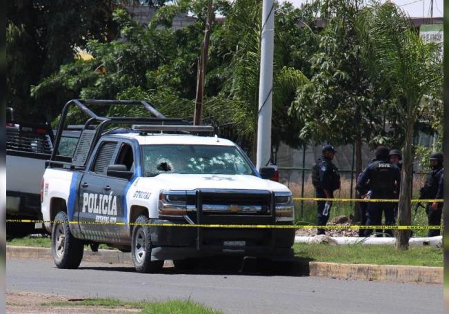 Policías de las Fuerzas del Estado, resguardan el lugar de los hechos, donde se enfrentaron a sicarios hoy viernes durante una persecución a balazos entre Policías y delincuentes en el municipio de Juventino Rosas en el estado de Guanajuato. EFE/Str