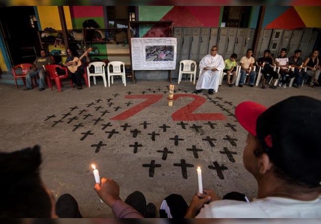 Migrantes centroamericanos participan durante una oración en la Casa del Migrante en la ciudad de Saltillo, en el estado de Coahuila (México). EFE/Miguel Sierra./Archivo