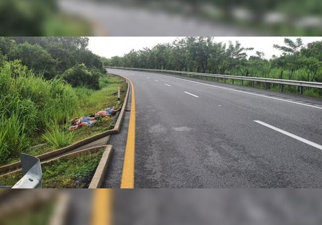 Vista general de los cuerpos de seis personas (i) que fueron abandonados en una carretera del estado de Tabasco (México). EFE/ Str ATENCIÓN EDITORES: CONTENIDO GRÁFICO EXPLICITO