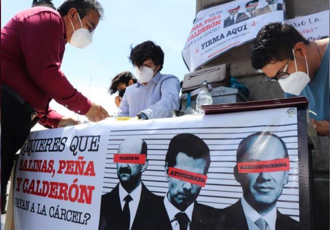Ciudadanos mexicanos acuden a firmar hoy la propuesta para enjuiciar a expresidentes de México, en una de las principales calles del centro de la Ciudad de México (México). EFE/José Pazos