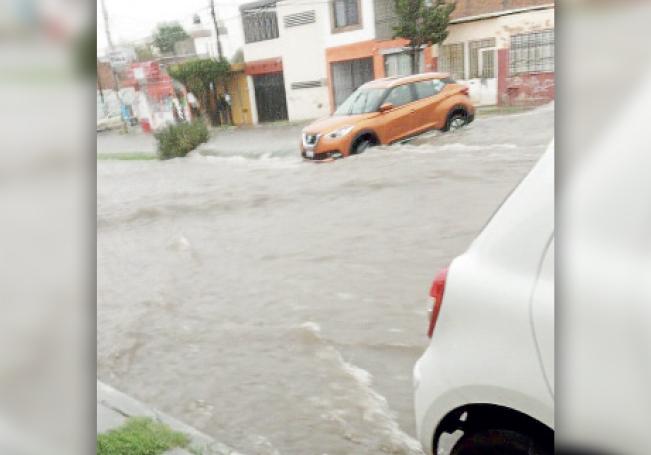 Calles y avenidas registraron inundaciones, además de vehículos varados y árboles caídos, parte del recuento delos aguaceros.
