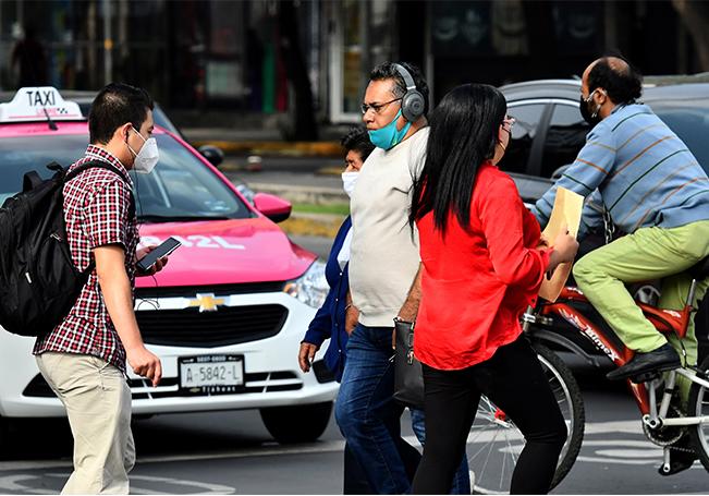 Un alto número de habitantes transitan por las calles sin uso de cubreboca o mal colocado a pesar del alto índice de contagios, en Ciudad de México.