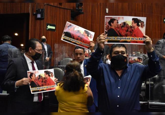 Legisladores mexicanos se manifiestan este miércoles durante la sesión plenaria de la Cámara de Diputados en Ciudad de México. EFE/Binisa López