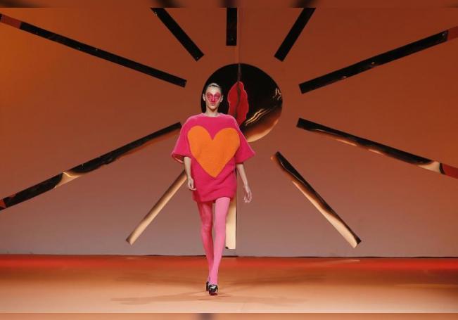 Una modelo luce una de las creaciones de la diseñadora Ágatha Ruiz de la Prada, durante su desfile de la Mercedes-Benz Fashion Week Madrid 2020. EFE/ J.J. Guillén/Archivo