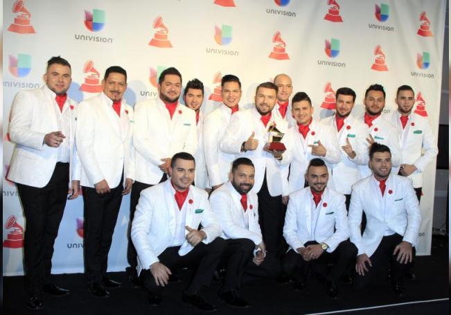 """Los integrantes de la Banda El Recodo De Cruz Lizarraga posan con su premio a """"Mejor Álbum de Banda"""" durante los XVIII Premios Grammy Latinos hoy, jueves 16 de noviembre de 2017, celebrados en el MGM Grand Garden Arena de Las Vegas, Nevada (EE. UU.). EFE/Mike Nelson/Archivo"""