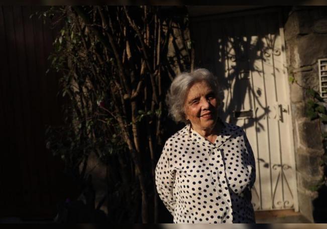 La escritora mexicana Elena Poniatowska posa en su casa el 19 de febrero de 2020, durante una entrevista con la agencia EFE, en Ciudad de México (México). EFE/ Sáshenka Gutiérrez/Archivo