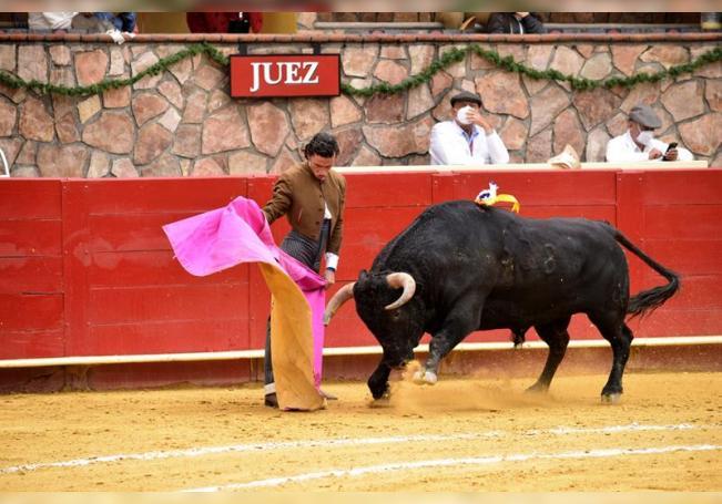 El torero Antonio Mendoza se presenta este sábado, durante una corrida a puerta cerrada en la Plaza Cinco Villas, en Cuautlalpan. EFE /Oscar Mir