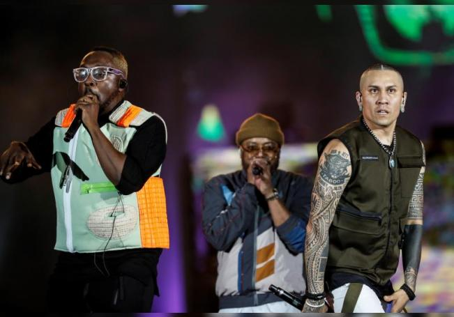 Los cantantes de la banda Black Eyed Peas, will.i.am (i), apl.de.ap (c) y Taboo (d) durante una presentación. EFE/ Antonio Lacerda/Archivo