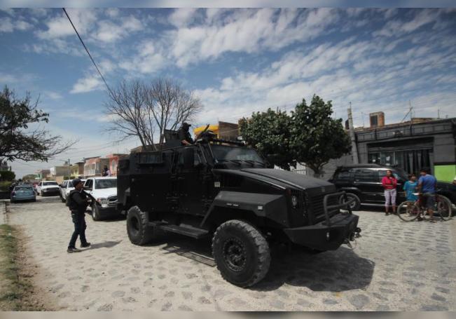Integrantes de la policía estatal y Fiscalía del Estado de Jalisco, montan un operativo en la colonia las Huertas del municipio de Tlaquepaque, estado de Jalisco (México). EFE/Archivo