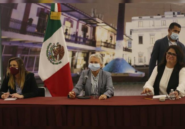 La secretaria de Gobernación (Interior) de México, Olga Sánchez Cordero (c), se reúne con algunas de las mujeres que protagonizan la ocupación de las instalaciones de la Comisión Nacional de Derechos Humanos (CNDH), hoy en la Secretaría de Gobernación, en Ciudad de México (México). EFE/Sáshenka Gutiérrez