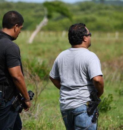 Fotografía que muestra a equipos de peritos y forenses mientras trabajan en una fosa encontrada en el estado de Veracruz (México). EFE/Archivo