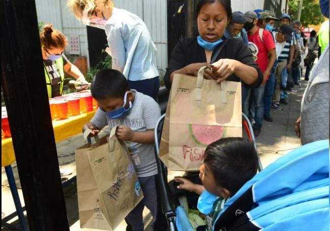 Personas sin techo y/o con condiciones económicas críticas reciben alimento en la iglesia del barrio de La Soledad, en Ciudad de México (México). EFE/ Jorge Núñez/Archivo