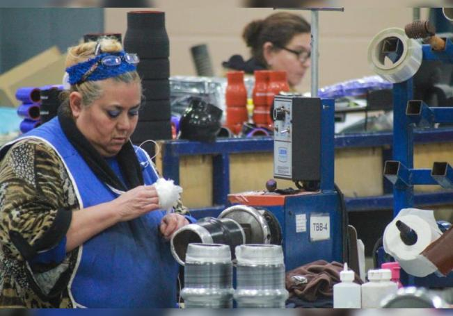 Fotografía fechada el 3 de marzo de 2020 que muestra a una persona mientras trabaja en una maquiladora, en Tijuana (México). EFE/Archivo