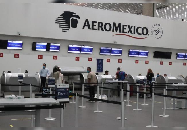 Usuarios se registran para abordar un vuelo de Aeromexico en el Aeropuerto Internacional de la Ciudad de México (México). EFE/José Pazos/Archivo