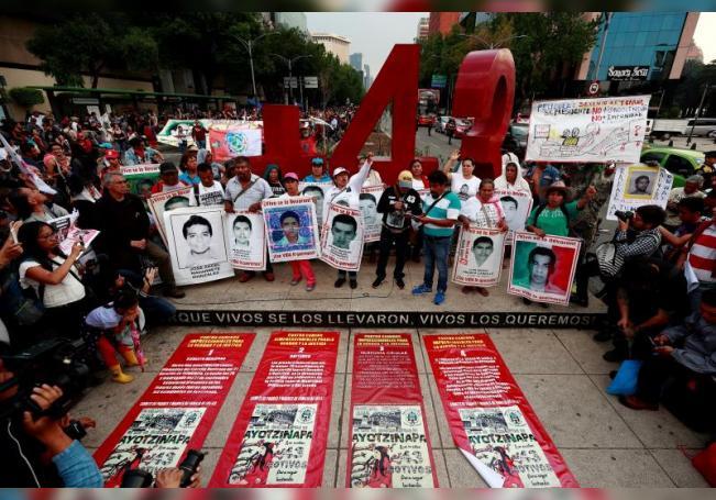 Familiares, estudiantes y simpatizantes de los 43 jóvenes desaparecidos de Ayotzinapa durante una protesta en Ciudad de México. EFE/José Méndez/Archivo