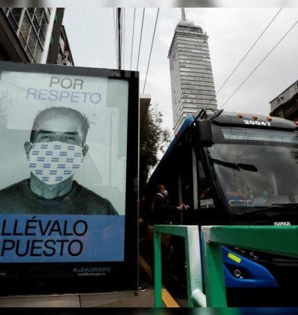 Fotografía de una publicidad que promueve el uso correcto del tapabocas hoy, en una estación de autobuses en el centro histórico de Ciudad de México (México). EFE/ José Méndez