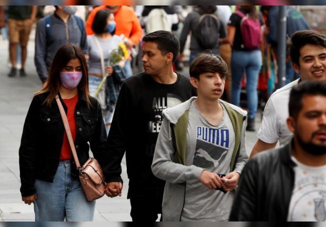 Transeúntes caminan por el centro histórico de Ciudad de México (México). EFE/ José Méndez/Archivo