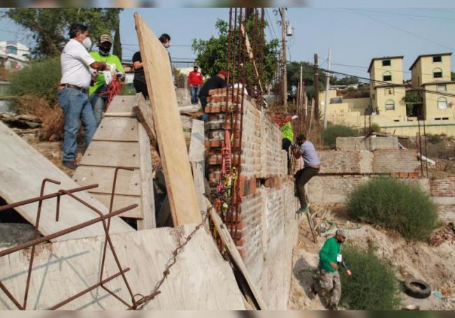 Familiares de personas desaparecidas buscan por su cuenta a sus seres queridos, el 11 de septiembre de 2020, en Tijuana (México). EFE/ Joebeth Terriquez