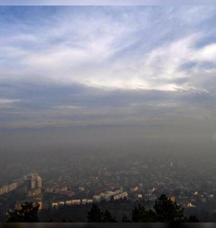 Una nube de contaminación cubriendo la ciudad de Skopje (Macedonia). EFE/ Georgi Licovski