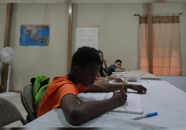 Un niño de origen haitiano toma clases en el albergue Embajadores de Jesús, el 8 de septiembre de 2020 en Tijuana, estado de Baja California (México). EFE/ Joebeth Terriquez